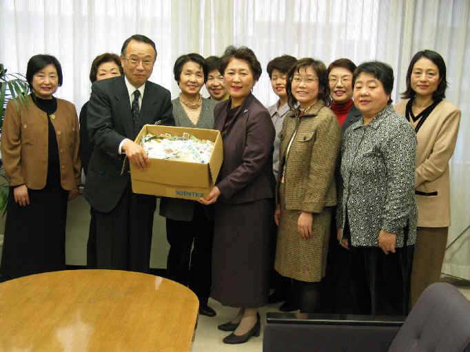 2003/12/5 ボランティア団体「ひまわりの会」が使用済み切手を区長に贈呈