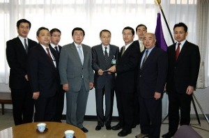 2005/5/24 公明党豊島総支部青年局等が高野区長・日高教育長に要望
